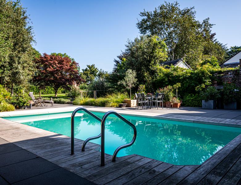 Zwembad in een tuin die is aangelegd door BTA Groen