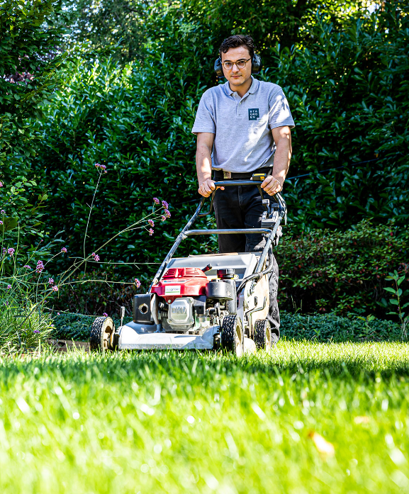 Roel Bastiaens van BTA Groen aan het werk met maaiwerkzaamheden