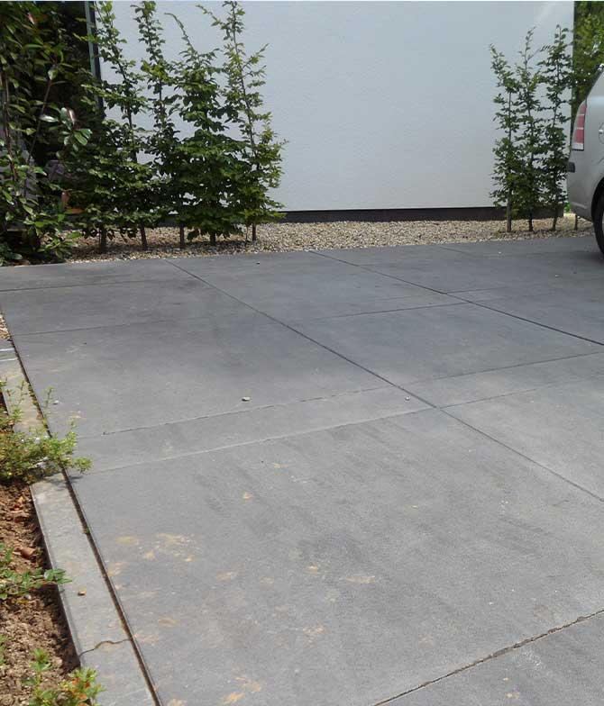 Grote tegels verwerkt in een nieuwe voortuin in Sittard Geleen