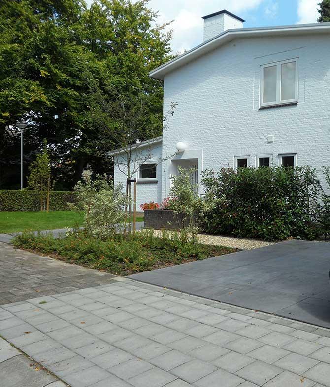 Aanzicht van de voortuin, aangelegd door BTA Groen in Sittard Geleen