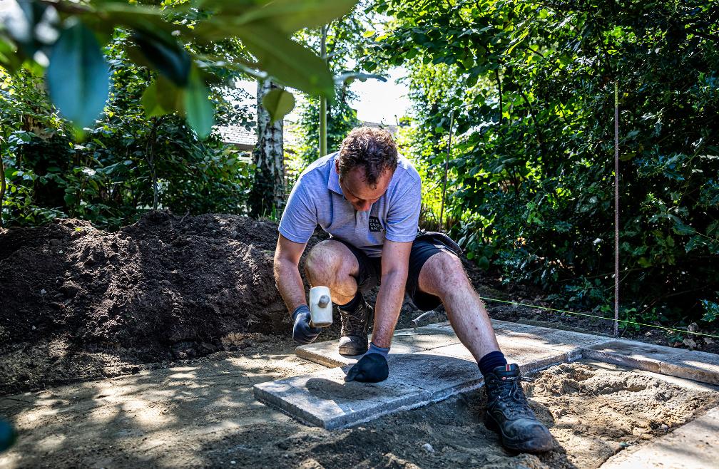 Roy Bastiaens van BTA Groen bezig met het plaaten van een nieuw terras